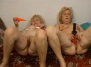 Zwei fette Oma Lesben beim Dildofick