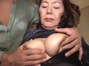 Asiatische Oma kriegt ne Titten Behandlung
