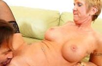 Heiße Rentnerin lässt sich die Muschi lecken