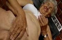 Uroma macht den Dildo Test