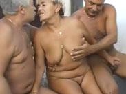 2 Opas poppen eine dicke Oma