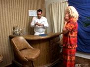 Behaarte Oma vom Frauenarzt gefickt