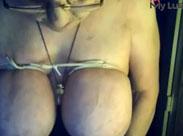 Granny bindet sich die Titten ab