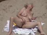 Granny masturbiert am FKK Strand