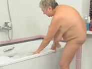 Mit fetter Oma in der Badewanne