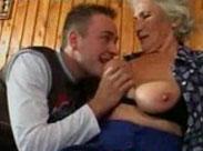 Perverser Typ spielt Oma an den Titten herum