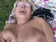 Dicke Großmutter mit Hängetitten im Freien hart gefickt