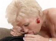 Ergraute Granny steht auf Oralsex