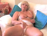 Nackte Oma masturbiert für Dich