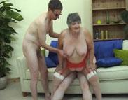 Nymphomane Rentnerin gnadenlos durchgefickt