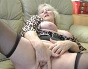 Oma Grete fingert ihre behaarte Fotze