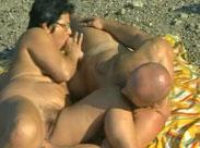 Rentnerin am Strand gefickt