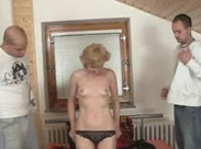Versaute Granny lässt sich Gruppensex liefern