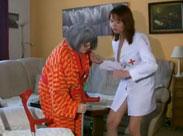 Krankenschwester wäscht alte Oma