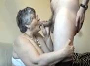 Oma lutscht einen steifen Schwanz