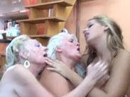 Alte Lesben lecken sich