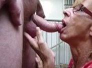Gierige Oma lutscht harte Schwänze