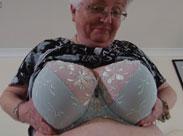 Granny zeigt uns ihre Titten