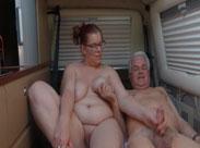 Oma und Opa im Wohnwagen