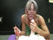 Rauchende Oma bläst und schluckt