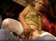 Reiche Oma geil durchgefickt