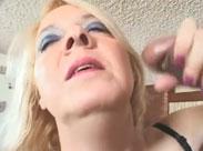 Blonde Oma im Sperma Wahn