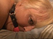 Devote Grannie gefesselt und gefickt