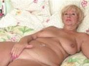 Faltige, dicke Oma wartet auf dich