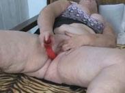 Fette Grannie masturbiert wie blöde