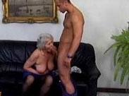 Großmutter wird mal wieder so richtig feucht
