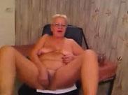 Trockene, fette Großmutter vor Webcam