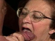 Blasende Rentnerin lutscht wie eine junge Hure