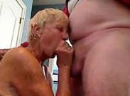 Blonde Oma mit Hängetitten bläst wie eine Hure