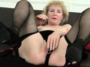Fetisch Rentnerin fingert sich ihre Möse