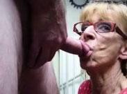 Geile Rentnerin bläst wie eine junge Göttin