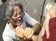 Liebevoll blasende Oma liebt dicke Schwänze