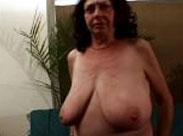 Mollige, haarige Oma mit extrem dicken Titten