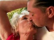 Nass gefickte Großmutter steht auf junge Kerle