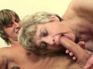 Oma nimmt den Sack ihres geilen Mackers in den Mund