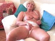 Oma streichelt sich die Muschi
