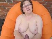 Trockene Muschi einer Rentnerin nass gewichst