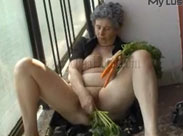 Alte Bauersfrau masturbiert im Freien