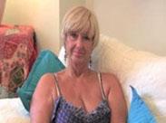 Britische Oma masturbiert mit Dildo
