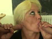 Doppelter Blowjob mit spermageiler Oma