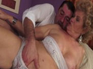 Fette, unrasierte Großmutter kriegt einen Titten Fick