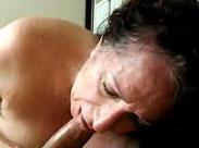 Spermageile Oma praktiziert Oralsex