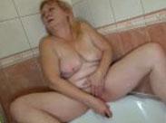 Alte Schlampe masturbiert hemmungslos