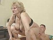 Amateur Oma fickt in der Reiterstellung