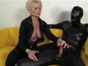 Fetisch Oma dominiert ihren Sklaven