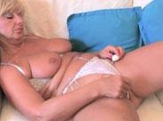 Heiße Granny fingert ihre Schlabbermöse